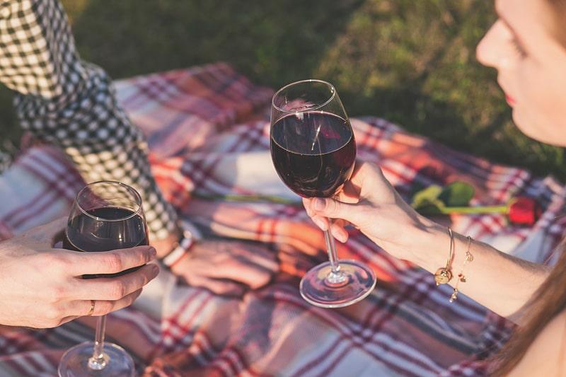 นั่งดื่มไวน์แดง